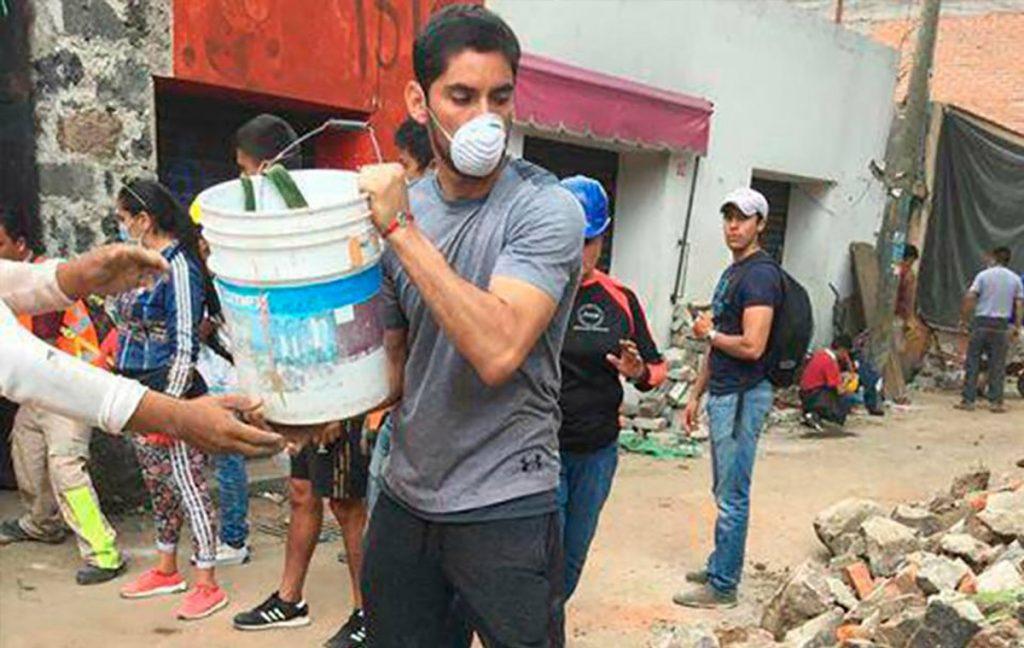 El portero de Cruz Azul, José de Jesús Corona apareció como voluntario sacando escombros en Xochimilco de manera anónima.