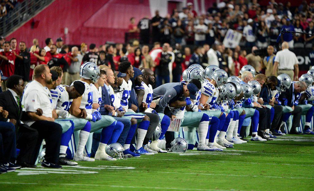 El presidente de Estados Unidos, Donald Trump, aplaudió la medida de los Dallas Cowboys que hincaron la rodilla uniéndose a las protestas, pero se levantaron para escuchar el himno.