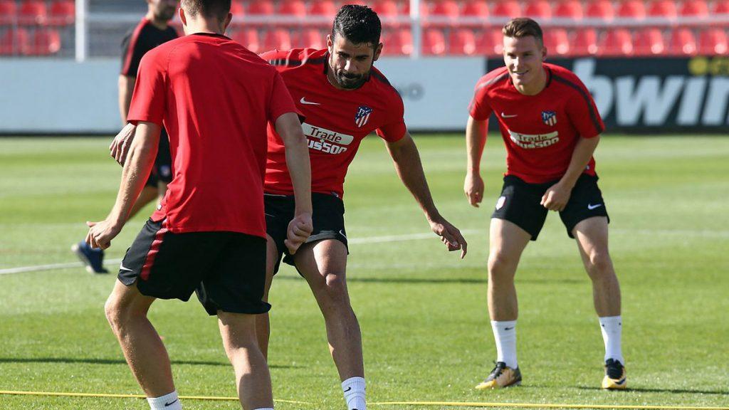 El brasileño naturalizado español Diego Costa se integró a los entrenamientos con el grupo en el Atlético de Madrid, aunque no podrá jugar hasta enero.