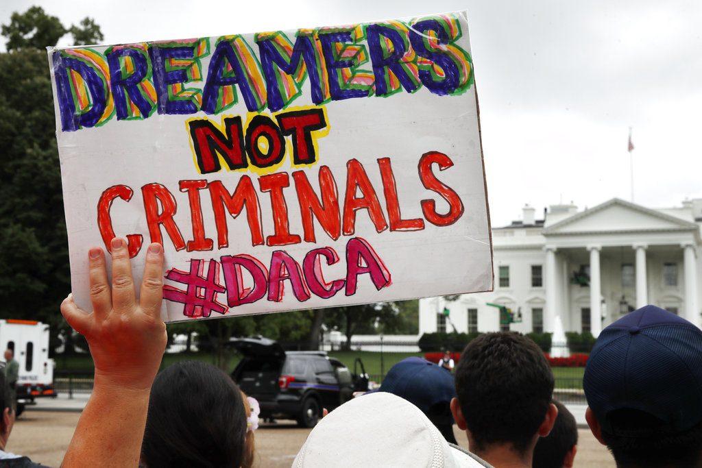 Manifestantes afuera de la Casa Blanca muestran su apoyo al programa DACA, de la administración Obama, que apoya a jóvenes que llegaron a EU en su infancia y que podrían ser deportados. FOTO: AP Photo/Jacquelyn Martin