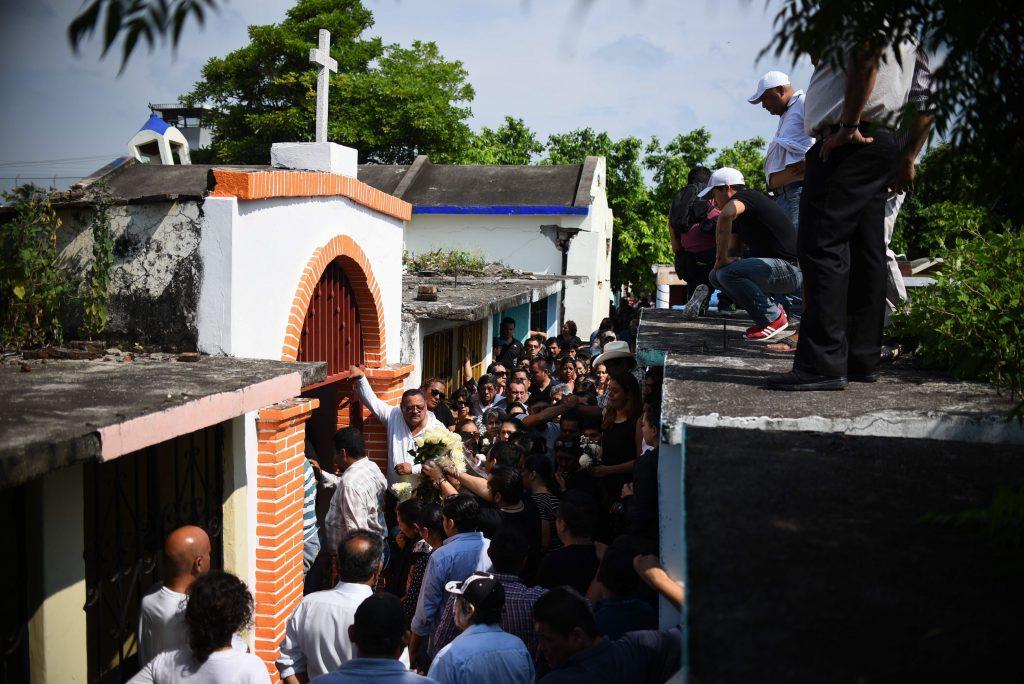 Entierro de muertos por sismo en Oaxaca. @Cuartoscuro.com