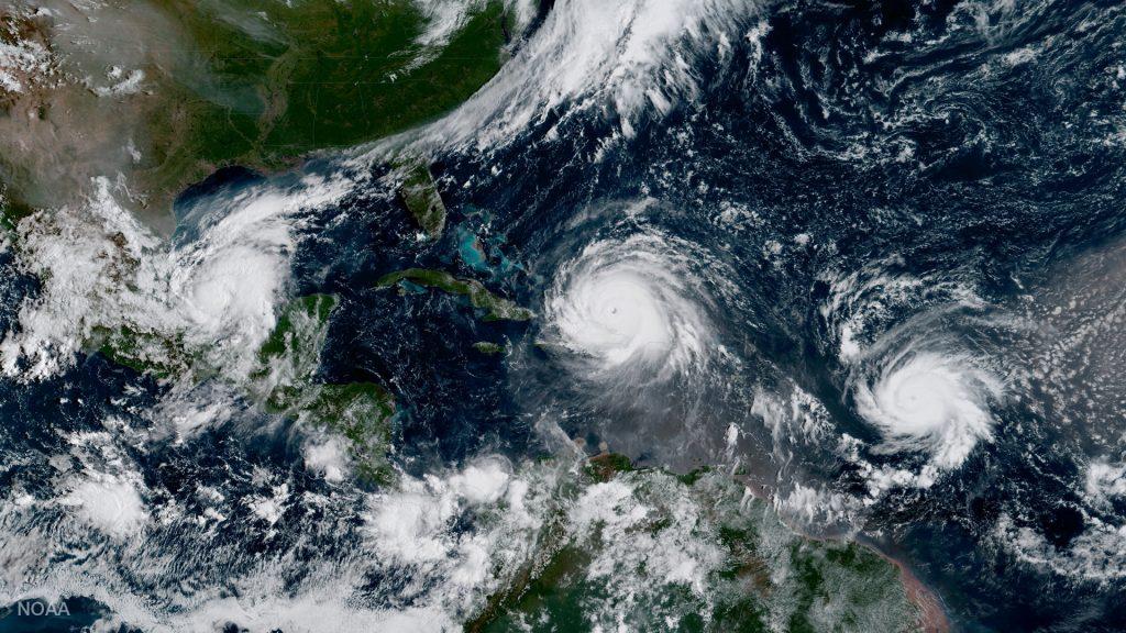 Imagen de los huracanes Katia (izq), Irma (centro) y José (der) en el Atlántico. FOTO: NOAA/via REUTERS