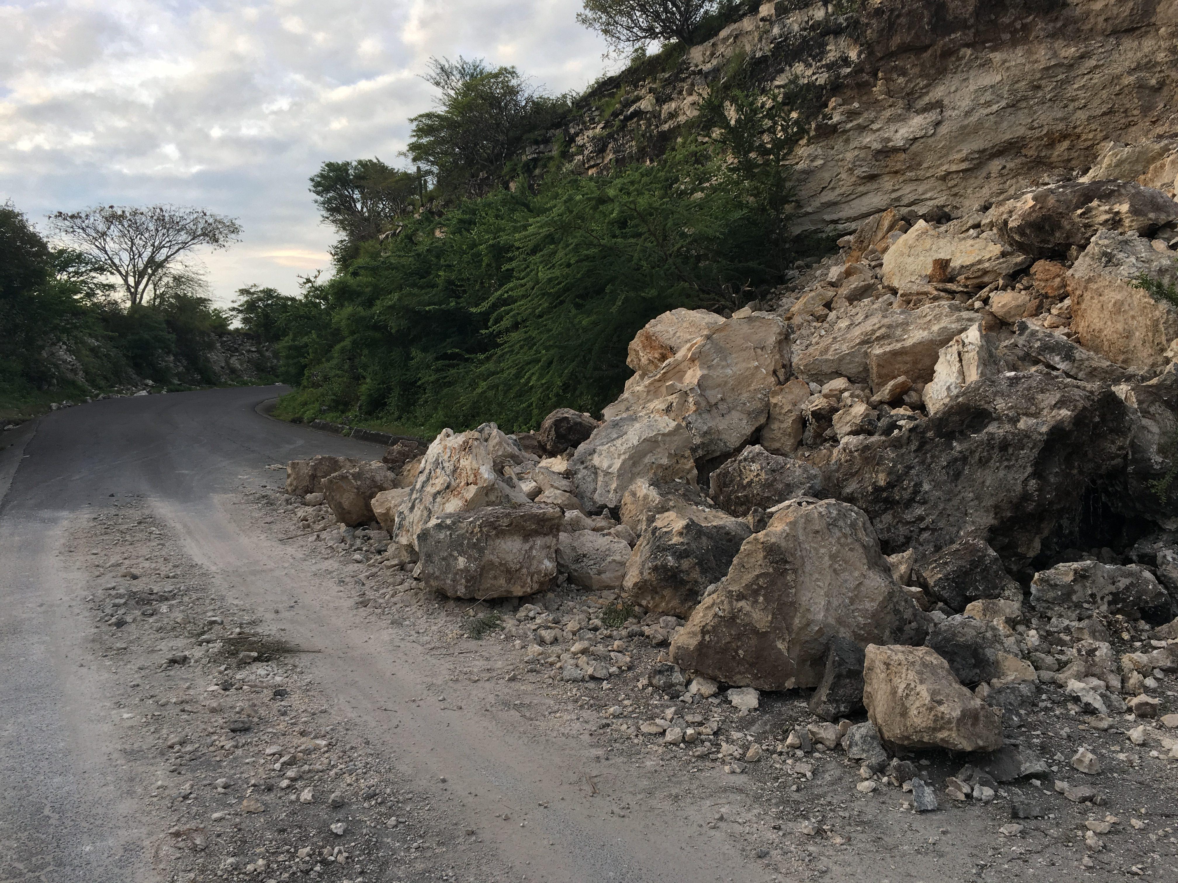 Carretera dañada en Puebla por desgajamiento de cerro