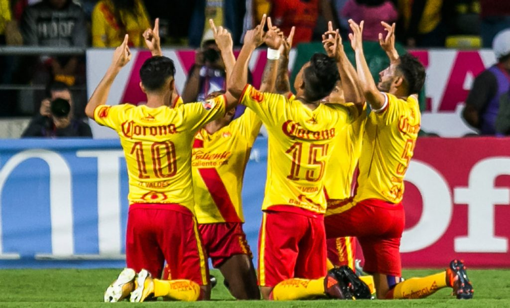 Con doblete del chileno Diego Valdés y aprovechando superioridad numérica, Monarcas Morelia venció 3-0 a Xolos.