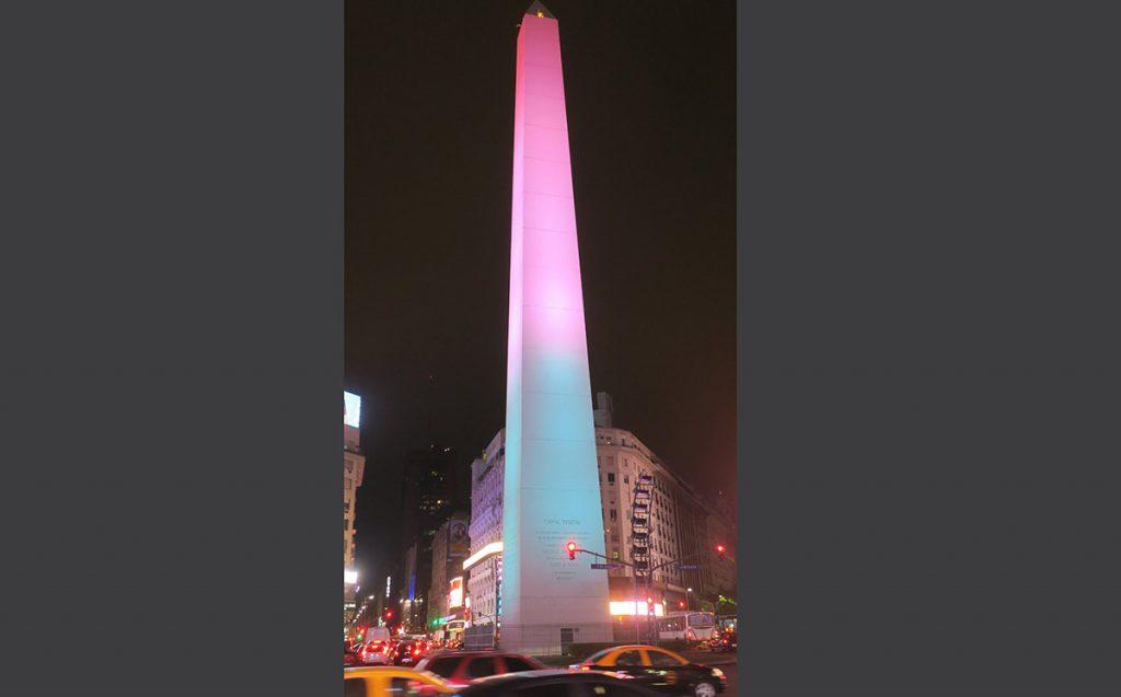 El Obelisco de Buenos Aires, emblema de la capital de Argentina, luce los colores verde, blanco y rojo en solidaridad con México.