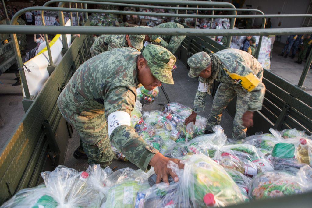Cientos de elementos del ejército mexicano y marinos, arribaron a la Base Aérea 2 de este municipio para apoyar en la entrega de víveres. @Cuartoscuro.com