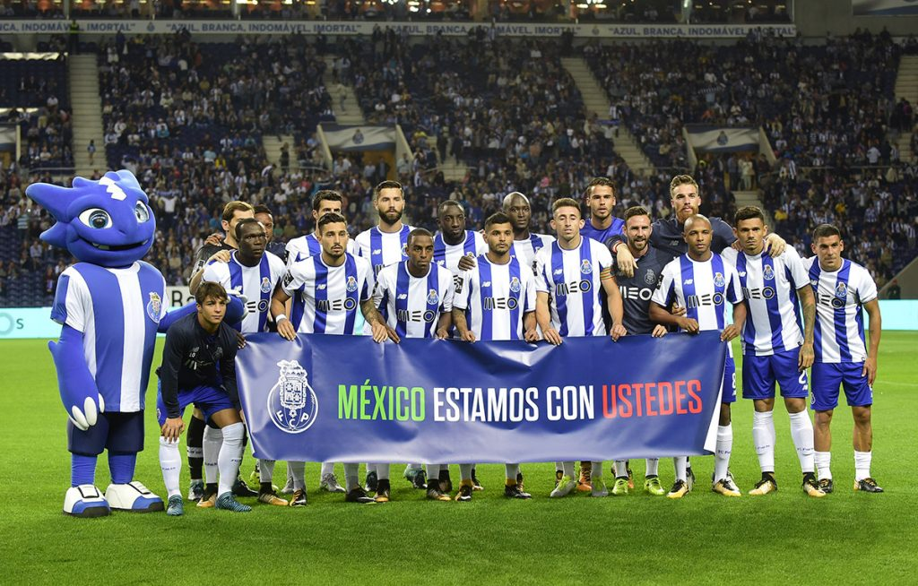 """El Porto de Portugal goleó 5-2 al Portimonense. El equipo saltó al campo con un manta con la leyenda """"México estamos con ustedes""""; Herrera y Tecatito con """"FuerzaMéxico"""" en los dorsales"""