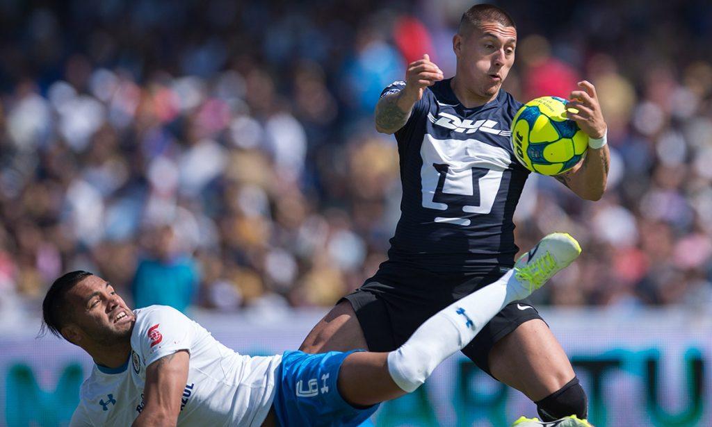 El partido entre los Pumas de la UNAM y la Máquina Cementera de Cruz Azul no sólo cambió de sede a Querétaro, sino de horario, se jugará a las 16:05 del domingo.