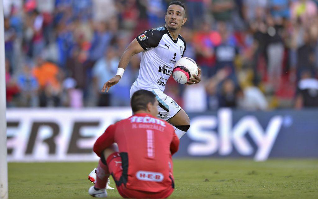 Un penal de último minuto cobrado por Sanvezzo evitó la derrota de los Gallos Blancos que alcanzaron el 2-2 con Rayados del Monterrey.