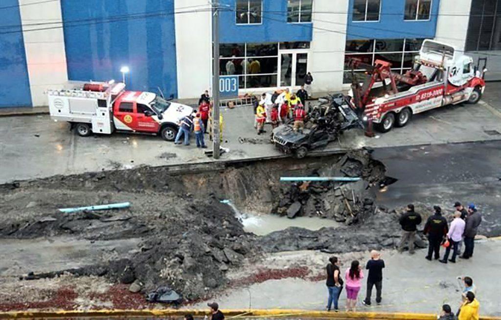 La camioneta de una familia cayó en un socavón generado por las intensas lluvias en San Nicolás de los Garza.