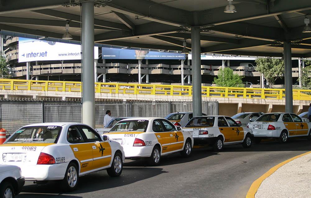 Taxistas del aeropuerto van contra Cofece y autoridades