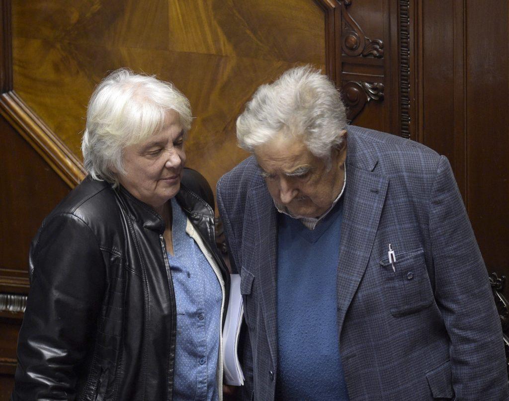 La nueva vicepresidenta de Uruguay, Lucía Topolansky (izq) con su esposo, el expresidente José Mujica. FOTO: AFP/ MIGUEL ROJO