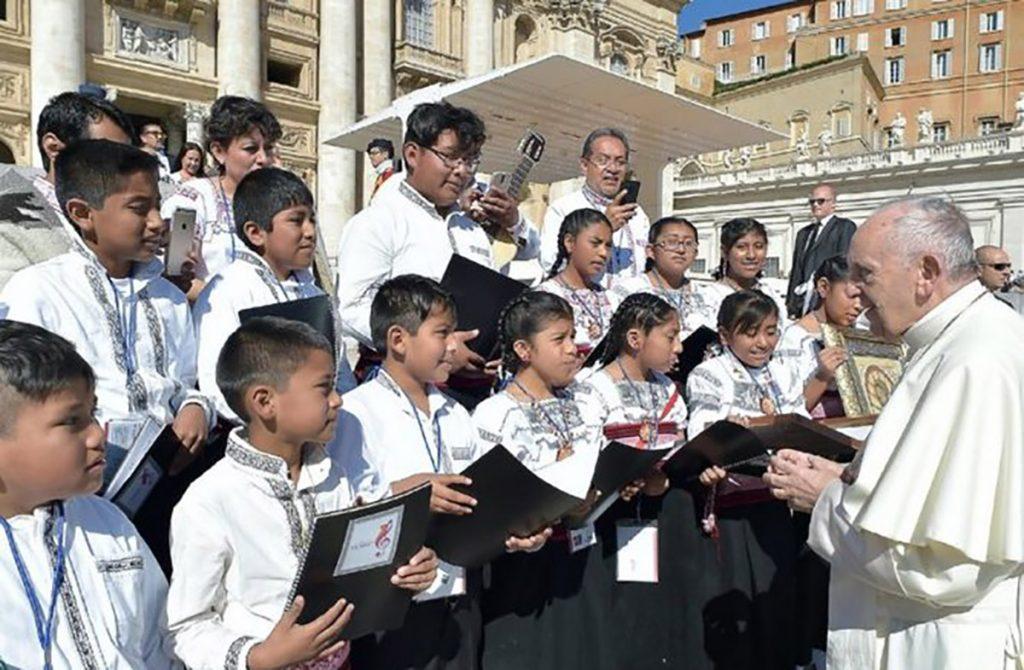 """El coro de niños indígenas de Tlaxcala, Voces Yumhu ofrecen concierto en una iglesia de Roma """"por un México de pie""""."""