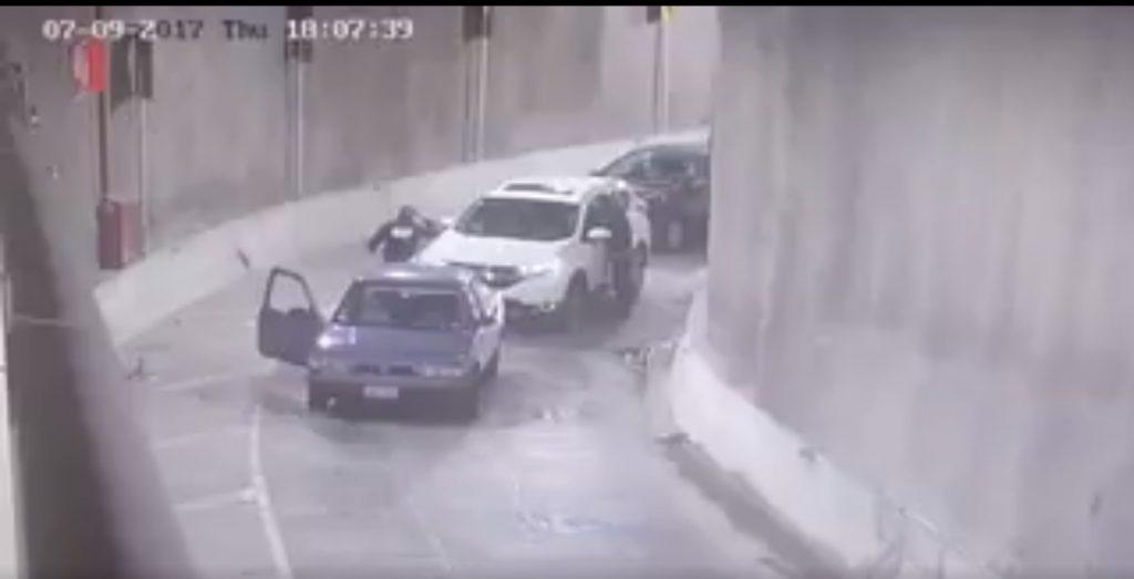 Asaltan a un automovilista en el Deprimido de Mixcoac (VIDEO)