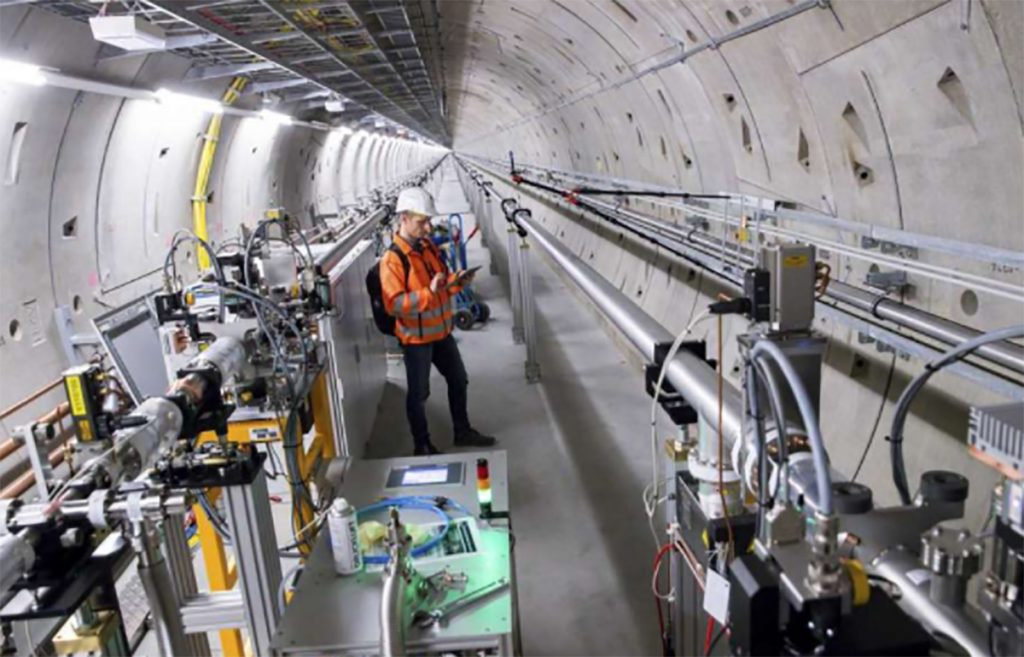 Un técnico trabaja en el túnel del láser de rayos X del proyecto XFEL europeo en Schenefeld, Alemania. FOTO: AP