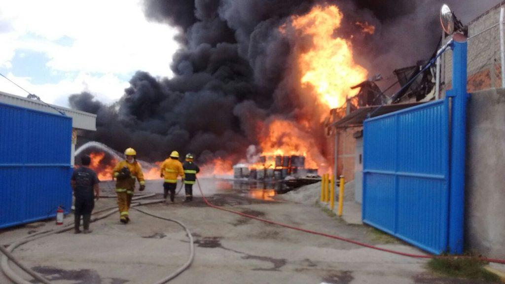 Controlan incendio en fábrica de bebidas alcohólicas en Tultitlán