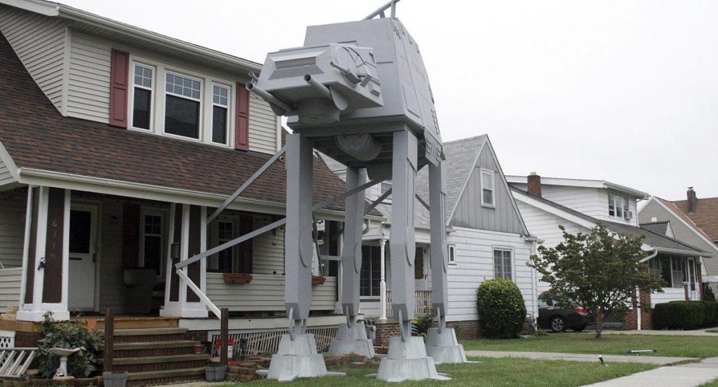 Nick Meyer, mecánico de Ohio, construyó una réplica de un Caminador AT-AT de Star Wars afuera de su casa como decoración para Halloween