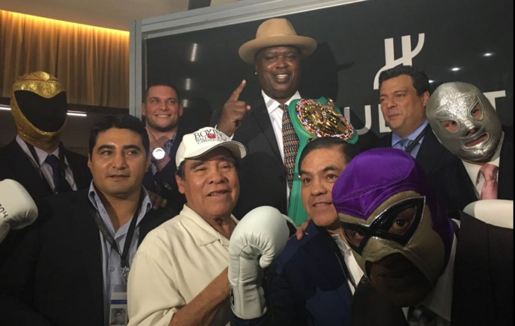 James 'Buster' Douglas recibió un cinturón y un reloj conmemorativo del CMB, al conmemorar aniversario 27 de su sorpresiva victoria sobre Mike Tyson.