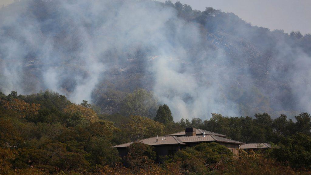 Miles de personas fueron evacuadas en California por los incendios que siguen propagándose ante los constantes cambios de dirección del viento