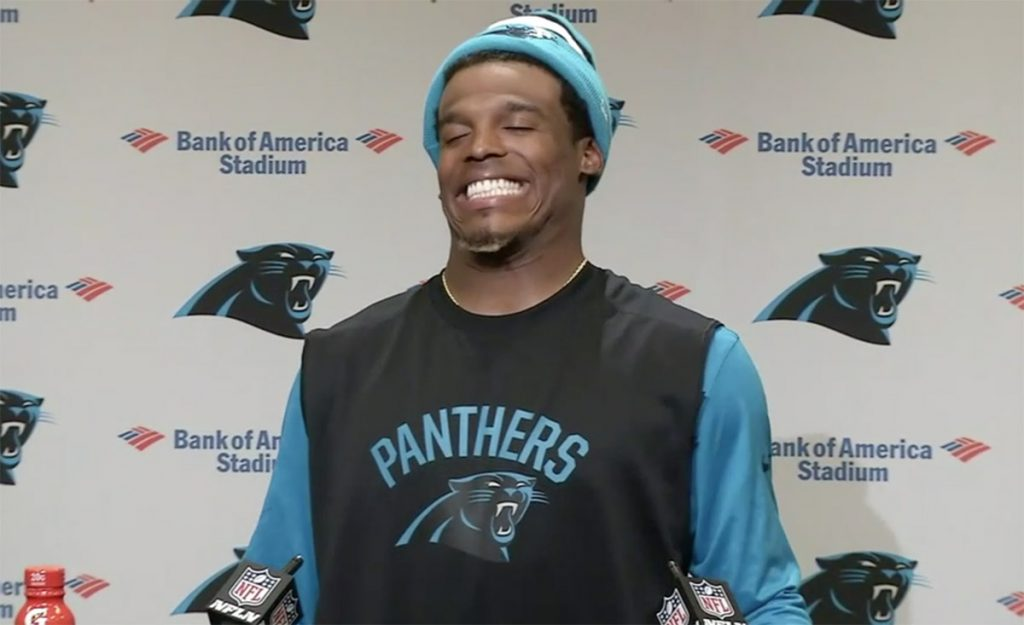 Cam Newton, quarterback de Carolina Panthers, se rió de una reportera que le formuló una pregunta durante la conferencia de prensa.
