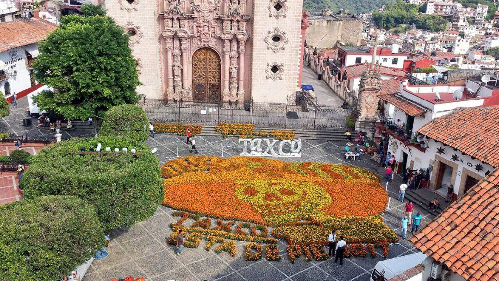 Por tercer año consecutivo, el municipio de Taxco elaboró la Catrina monumental con flores de cempasúchil en Plaza Borda, para celebrar el Día de Muertos