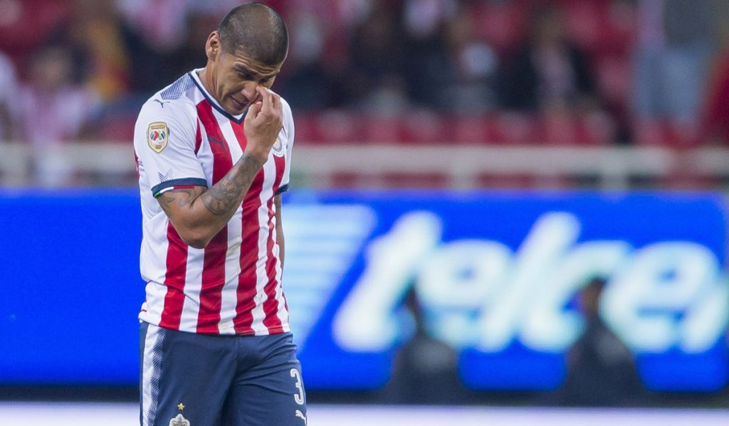 Con autogol de Carlos Salcido, que pasó de héroe a villano, Chivas perdió 1-2 con Monarcas y quedó sin posibilidades de liguilla.