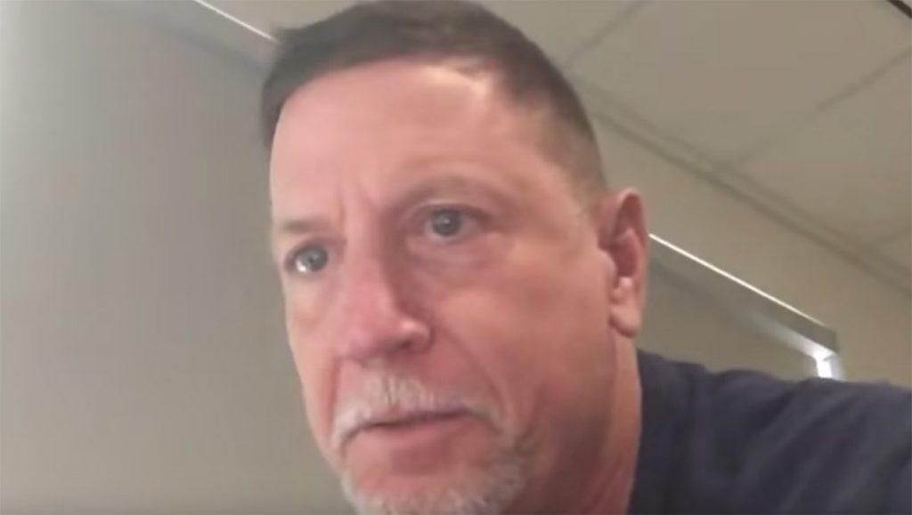 Tras la divulgación de un video en el que aparece inhalando un polvo blanco, Chris Forester, coach de línea ofensiva de Miami presentó su renuncia