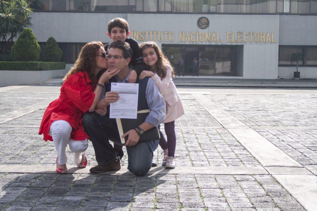 Armando Ríos Piter recibió este domingo su constancia. CUARTOSCURO.