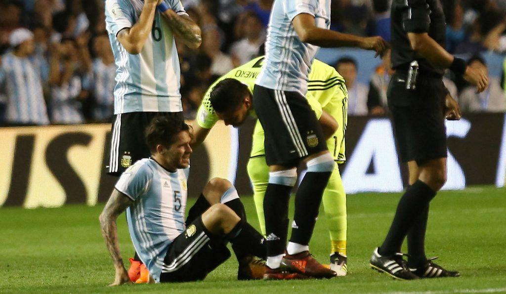 El volante argentino Fernando Gago se rompió el ligamento cruzado anterior y el ligamento lateral interno de la rodilla derecha.