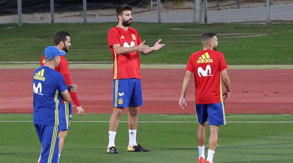 Los jugadores de la selección de España aseguran estar cansados de hablar del tema Piqué y Cataluña; destacan que Gerard entrena con la alegría de siempre.