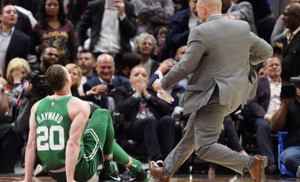 El alero de Celtics Gordon Hayward sufre terribel fractura del tobillo derecho tras una mala caída en el primer partido de la temporada 2017-2018 que Boston perdió 102-99 ante los Cavaliers de Cleveland.