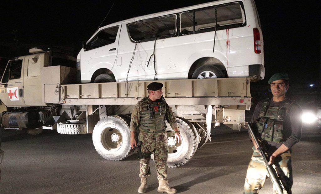 Un atacante suicida estrelló un vehículo lleno de explosivos contra un autobús que salía del centro de entrenamiento militar de Kabul