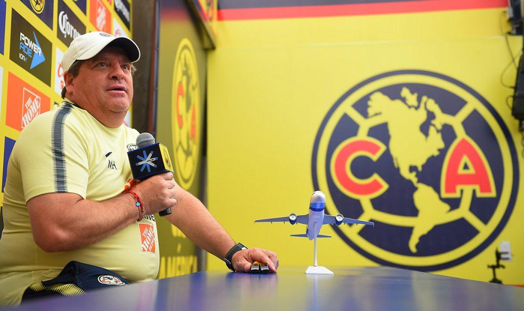 El técnico del América, Miguel Herrera, reconoce que se enganchó con un aficionado de Monterrey que lo 'sacó de sus casillas' y por eso se equivocó