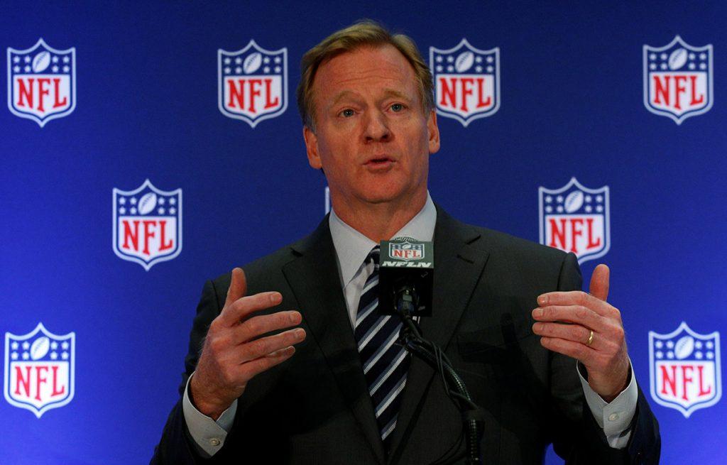 Roger Goodall, comisionado de la NFL, dijo que los jugadores deben ponerse de pie para escuchar el himno, pero que no es obligatorio.