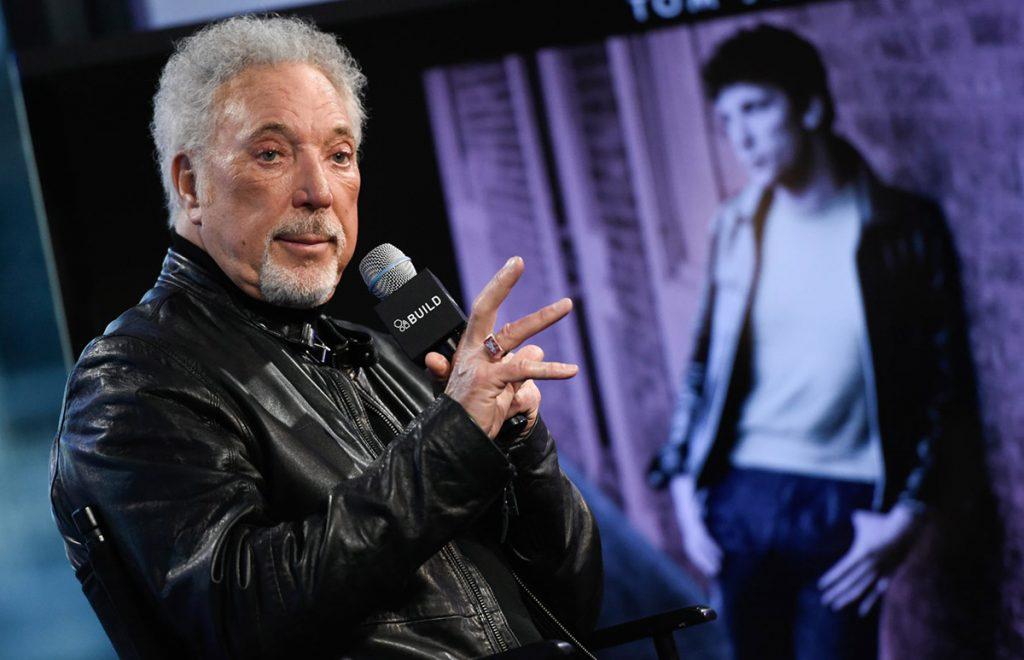 El veterano cantante Tom Jones reconoció que en los inicios de su carrera también sufrió acoso sexual; 'siempre ha ocurrido', dice.