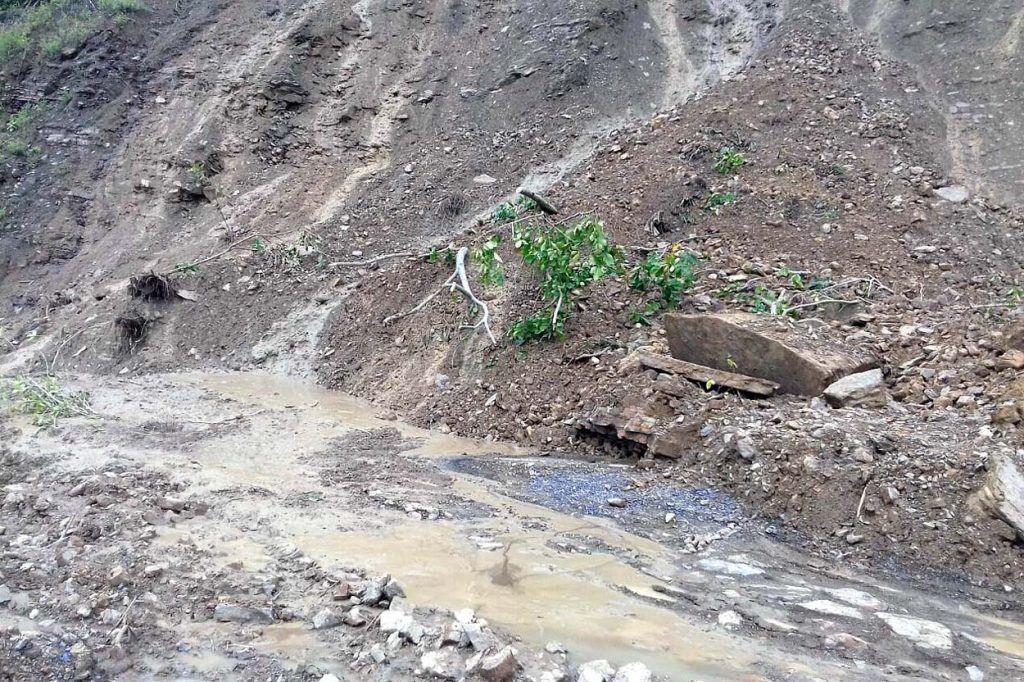 Se registran derrumbes en Hidalgo; suspenden clases en la Huasteca