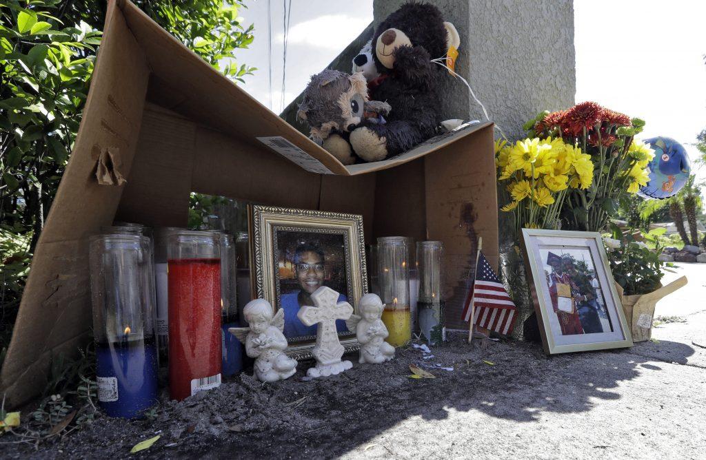 Altar en la calle para Anthony Naiboa, una de las cuatro víctimas. AP.