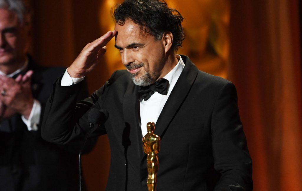 El cineasta mexicano Alejandro Gónzález Iñárritu recibió un Oscar especial durante la ceremonia de sus premios honoríficos por su instalación de realidad virtual