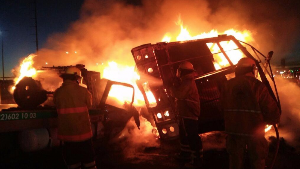 Cierran parcialmente autopista México- Puebla por incendio de Torton