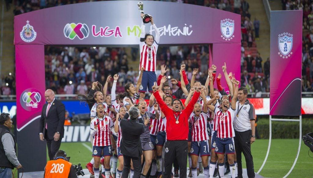 Las Chivas Rayadas del Guadalajara vencieron 3-0 a las Tuzas del Pachuca para convertirse en las primeras campeonas de la Liga MX Femenil