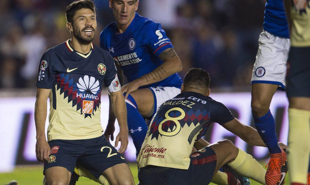 Cruz Azul no pudo aprovechar la ventaja numérica y América hasta falló un penal, y terminaron 0-0 en la ida por los cuartos de final de la Liga MX