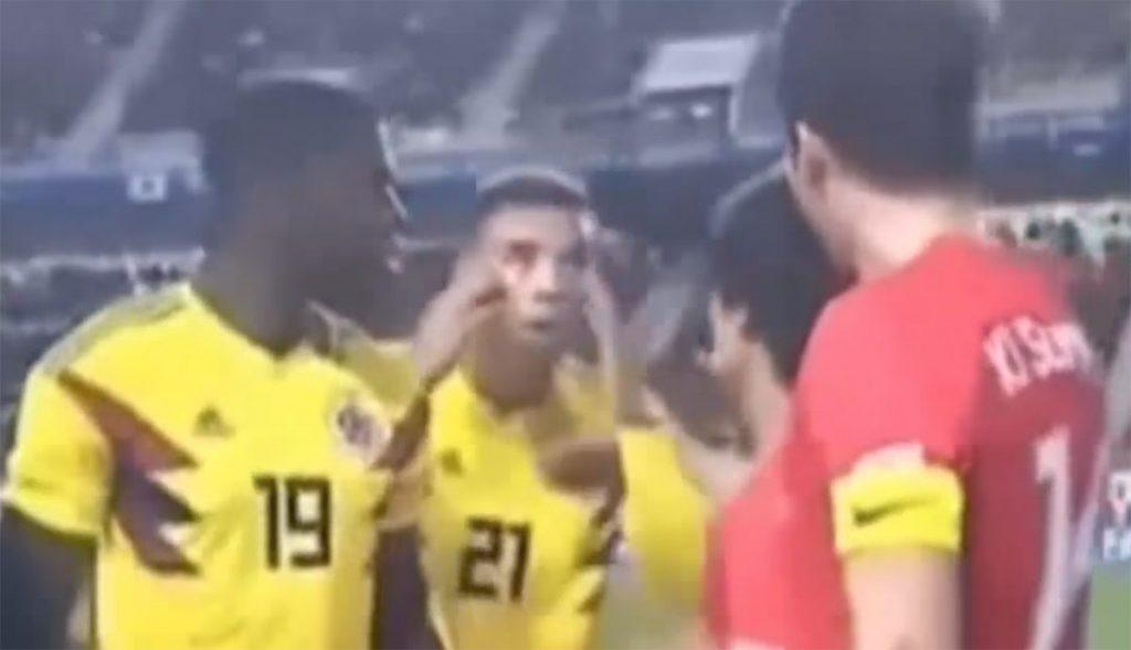 El volante colombiano se jaló los ojos con los dedos índice, en un intento de gresca en el partido amistoso entre Colombia y Corea del Sur
