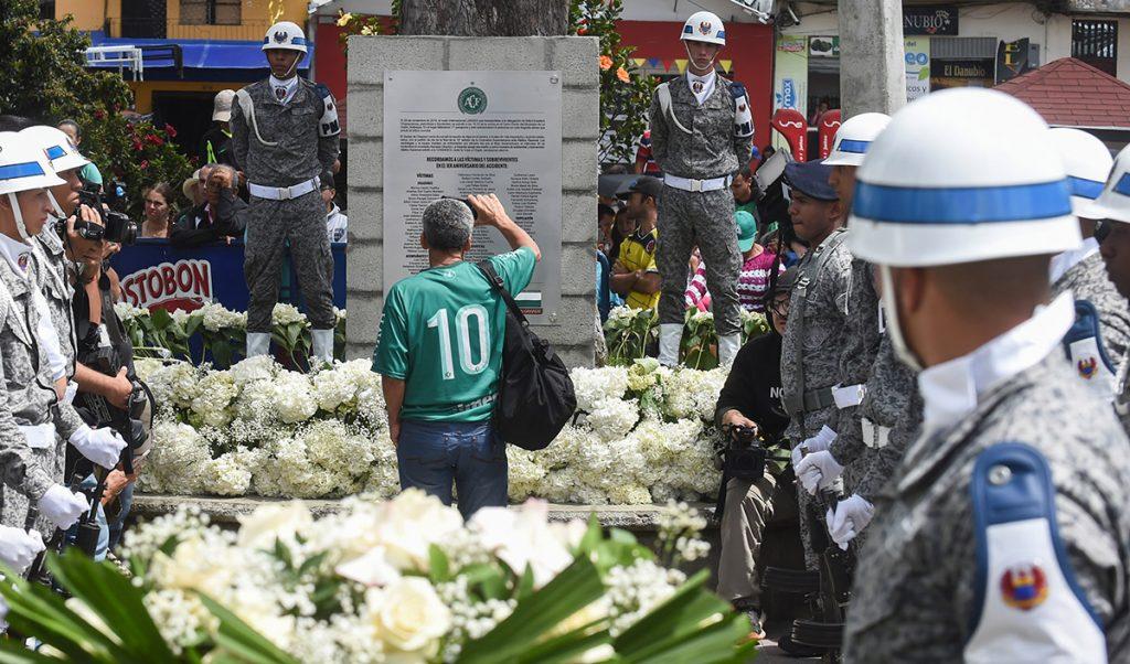 Varios homenajes se llevan a cabo en Colombia, el país en donde el equipo brasileño Chapecoense casi desapareció en accidente aéreo