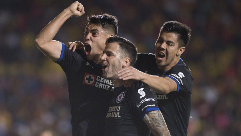 La Máquina Cementera de Cruz Azul jugó un gran primer tiempo que le alcanzó para superar 2-1 a Monarcas Morelia para meterse a la zona de clasificación