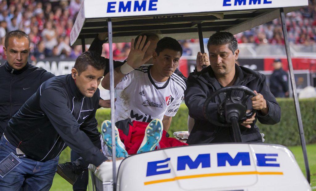 El portero argentino del Atlas, Óscar Ustari, estará fuera de las canchas durante seis meses tras dislocarse la rodilla izquierda al despejar el balón