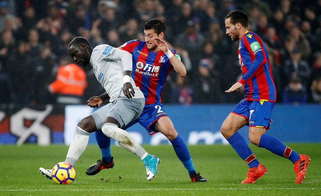 El delantero senegalés del Everton, Oumar Niasse, es el primer jugador acusado por la Federación Inglesa de simular una falta dentro del área.