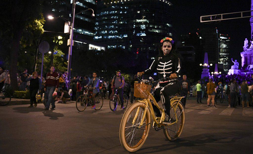 Las celebraciones por el Día de Muertos en México continúan y en esta ocasión cientos de monstruos, calaveras, catrinas y personajes de terror utilizaron sus bicicletas para pasear por la Ciudad de México