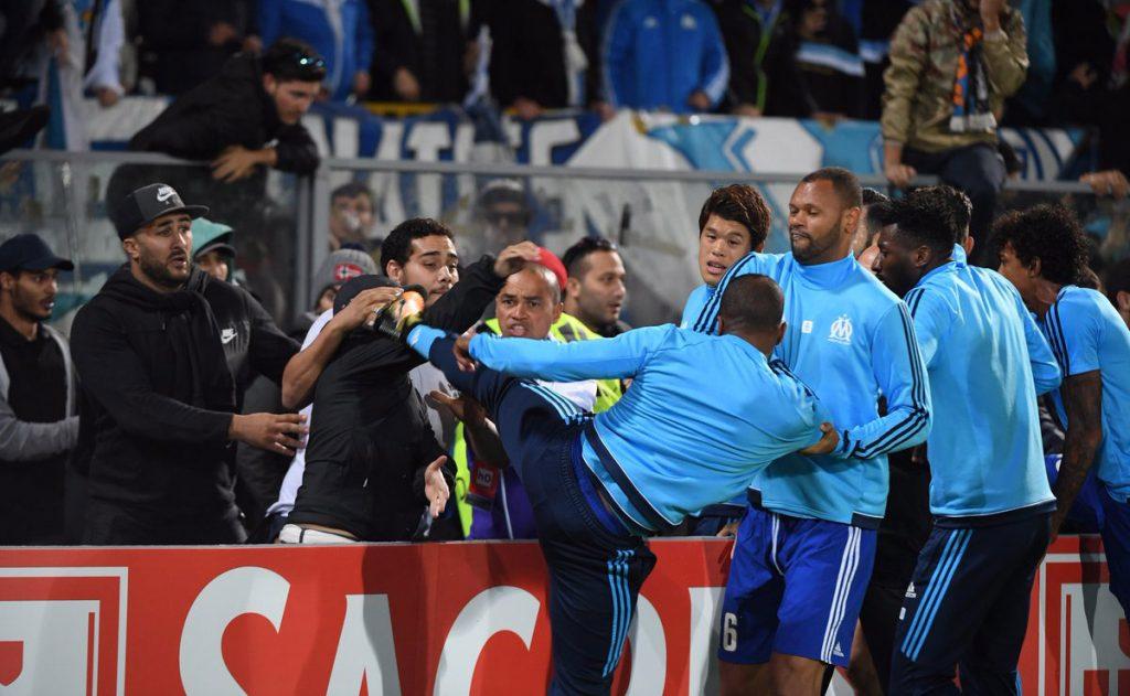 El defensa francés Patrice Evra pateó en el rostro a un aficionado, previo al partido entre el Vitoria Guimaraes y el Olympique de Marsella