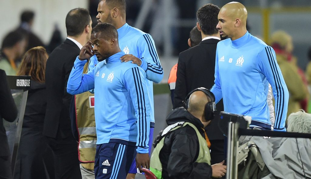 Poco después de que UEFA anunciara la suspensión hasta junio de 2018 para el defensa francés por patear a un aficionado, el Marsella anunció la salida del jugador