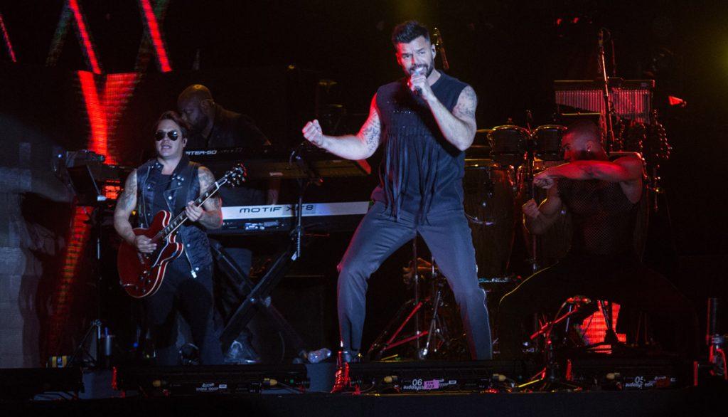 En una velada con varios cambios de vestuario, luces y baile, el astro boricua Ricky Martin se lleva la noche